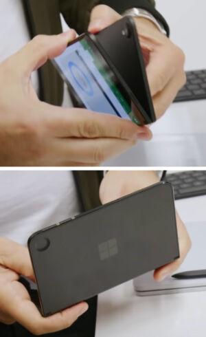 Bir yarısında arka kamera çıkıntısı ve diğer yarısında buna karşılık gelen bir boşluk bulunan Surface Duo prototipi. Son cihazın arka kamerası yok.