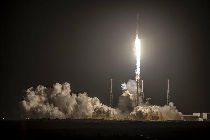 Şubat ortasında, bir Falcon 9 fırlatması başarılı oldu, ancak ilk aşama inemedi.