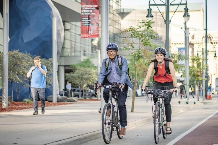 Denver, Colorado'da güvenli ayrılmış bisiklet şeridi. Resim © Trung Vo
