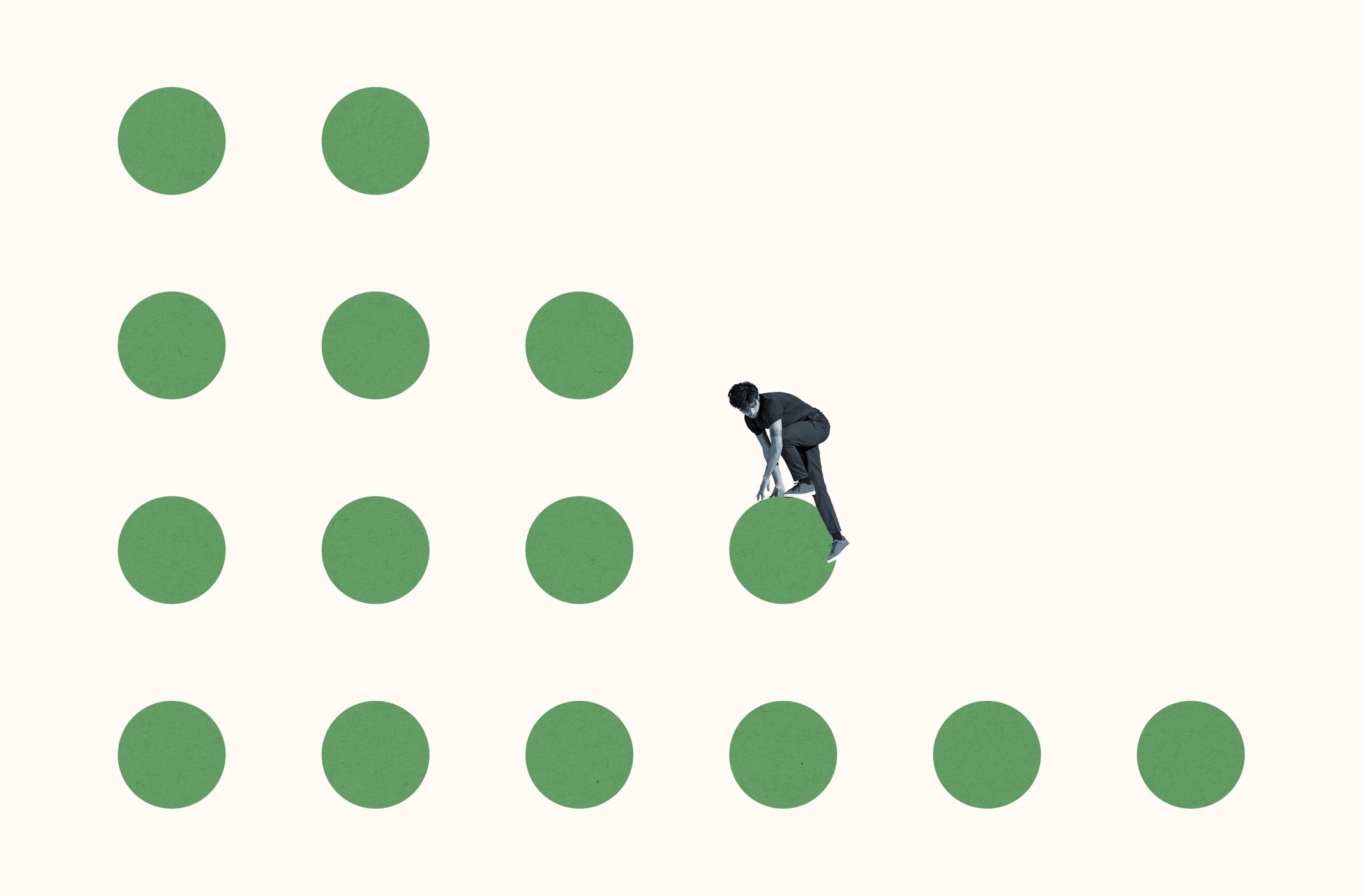Beyaz arka plana karşı yeşil daireler üzerinde tırmanan genç cesur adam tam uzunlukta