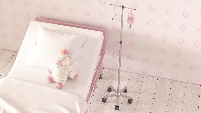 IV'e bağlanmış bir hastane yatağında oturan doldurulmuş bir tek boynuzlu at görüntüsü
